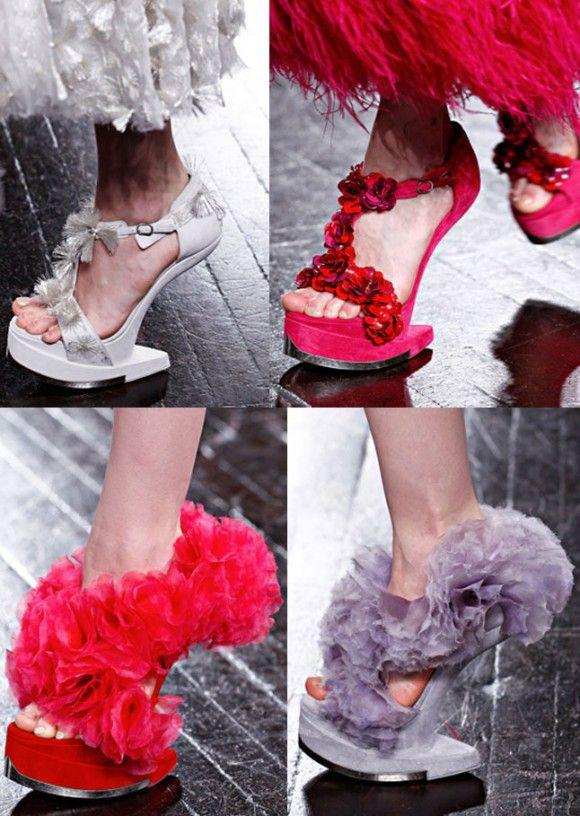 5f263e1ec5 Alexander McQueen apresentou a nova versão dos seus sapatos arquitetônicos  sem salto. Lembram do famoso modelo Armadillo que tanto vimos nos pés de  Lady ...