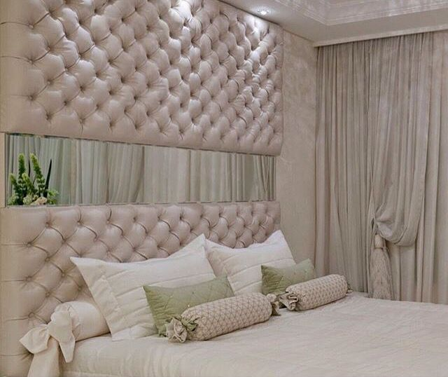 Cabeceira da cama com espelho.