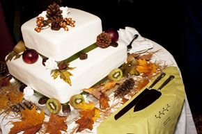 The cake also got a natural touch with fall leaves and pine cones as extra embellishment.