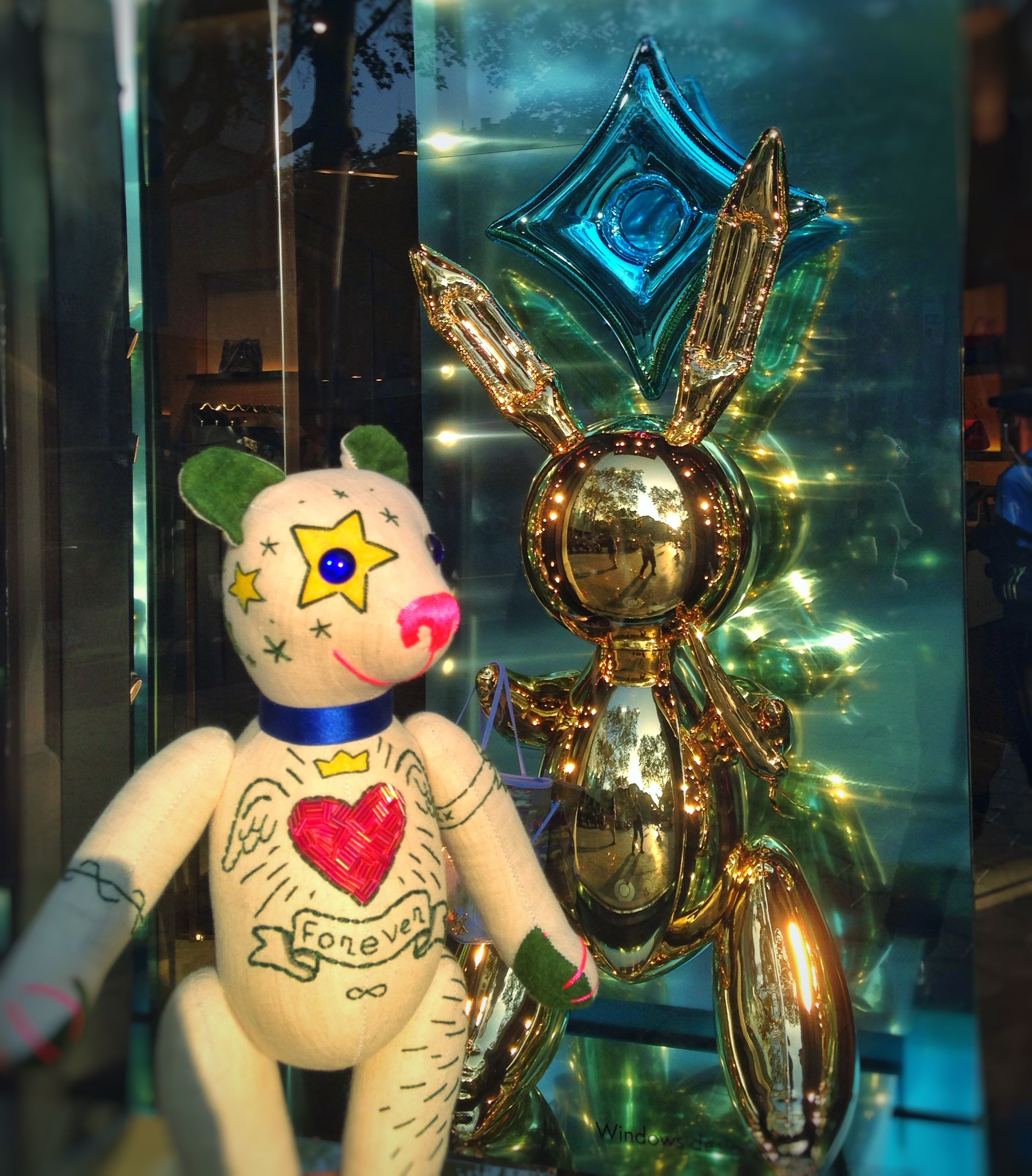 """Good Morning!!! Teddy baby GREEN TATTOO admires Jeff Koons' fun sculptural balloons but his handbags are pure """"Kitsch"""" (vulgar and vulgar) in the Louis Vuitton store ..."""