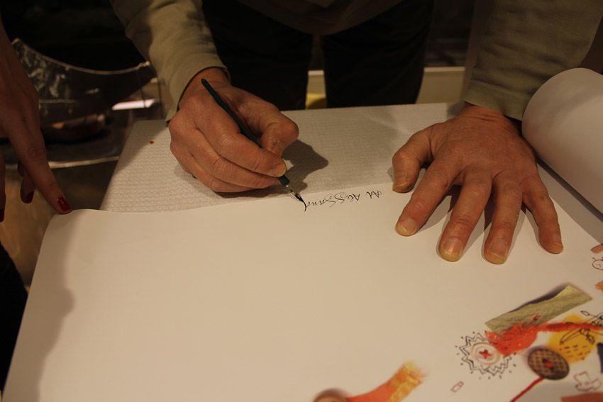 Michelle Tranquillini autografa il manifesto Invaderstyle