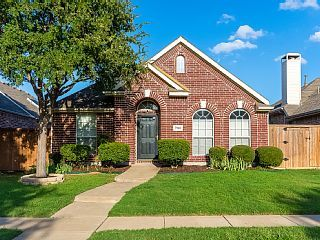 Fully Renovated Vacation Home Located In Nice Neighborhood In North Plano This Beautiful Home Located In A Nice A Vacation Home Beautiful Homes House Styles