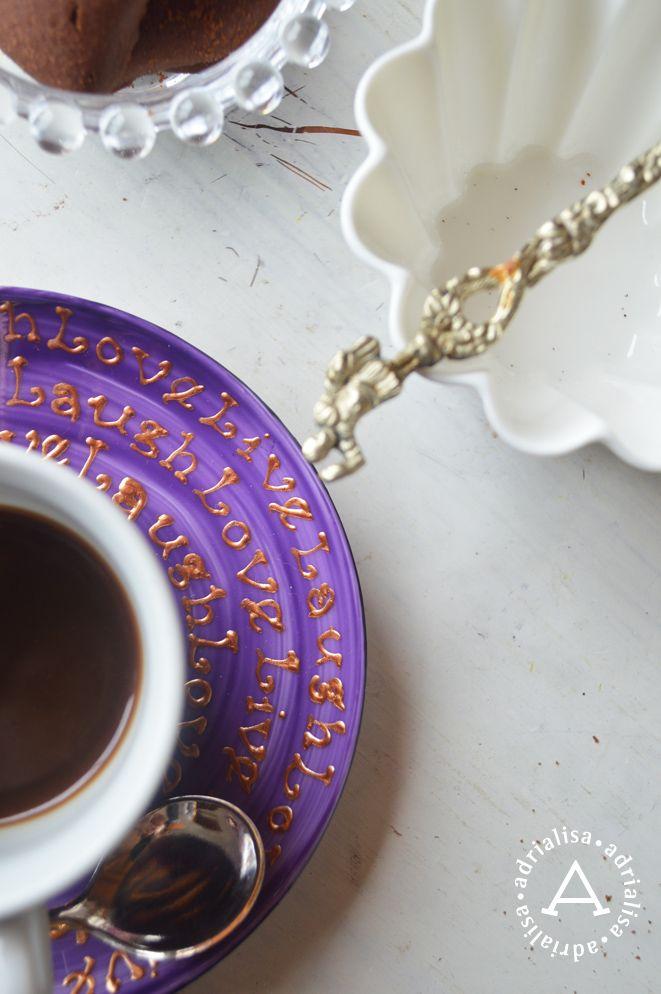 Tazzina da caffè decorata a mano Live Laugh Love oro su fondo ametista