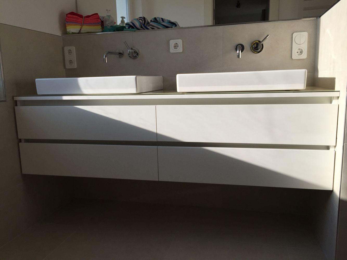 Waschtisch Unterschrank Mit Griffmulden Mit Glas Aufsatzplatte Und Zwei  Keramag Waschbecken In Die Nische Angepasst.