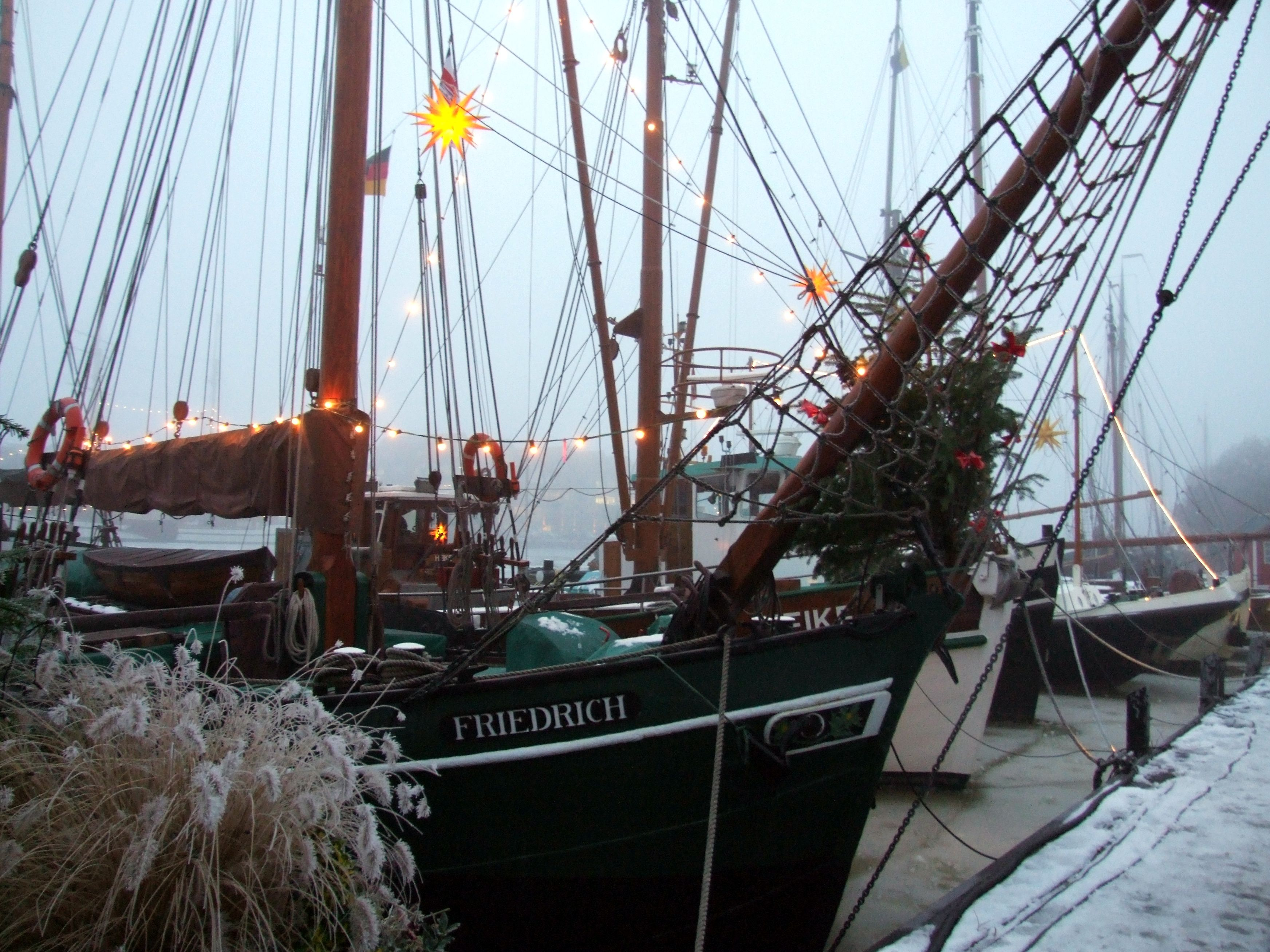 Geschmuckte Schiffe Am Weihnachtsmarkt Achter D Waag Im