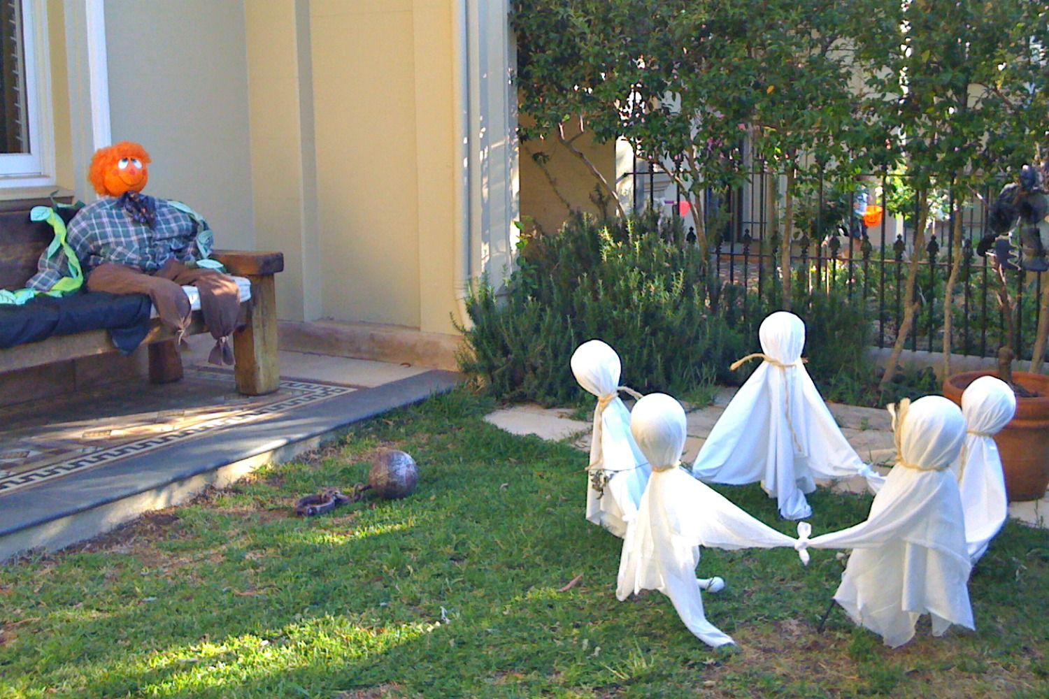 How to Make Floating Ghosts for Halloween Halloween ghosts and - Halloween Yard Decorations