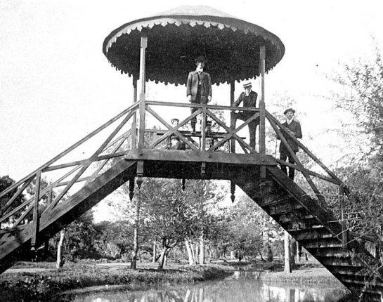 Pessoas posando em uma ponte sobre um lago no Passeio Público. Foto de 1909. Acervo da Casa da Memória/FCC
