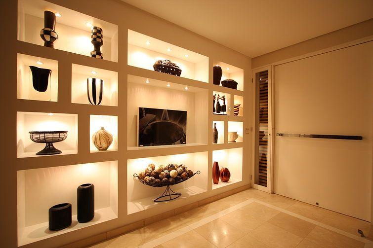 Hall de Entrada / Galeria com nichos e iluminação indireta e piso em ...