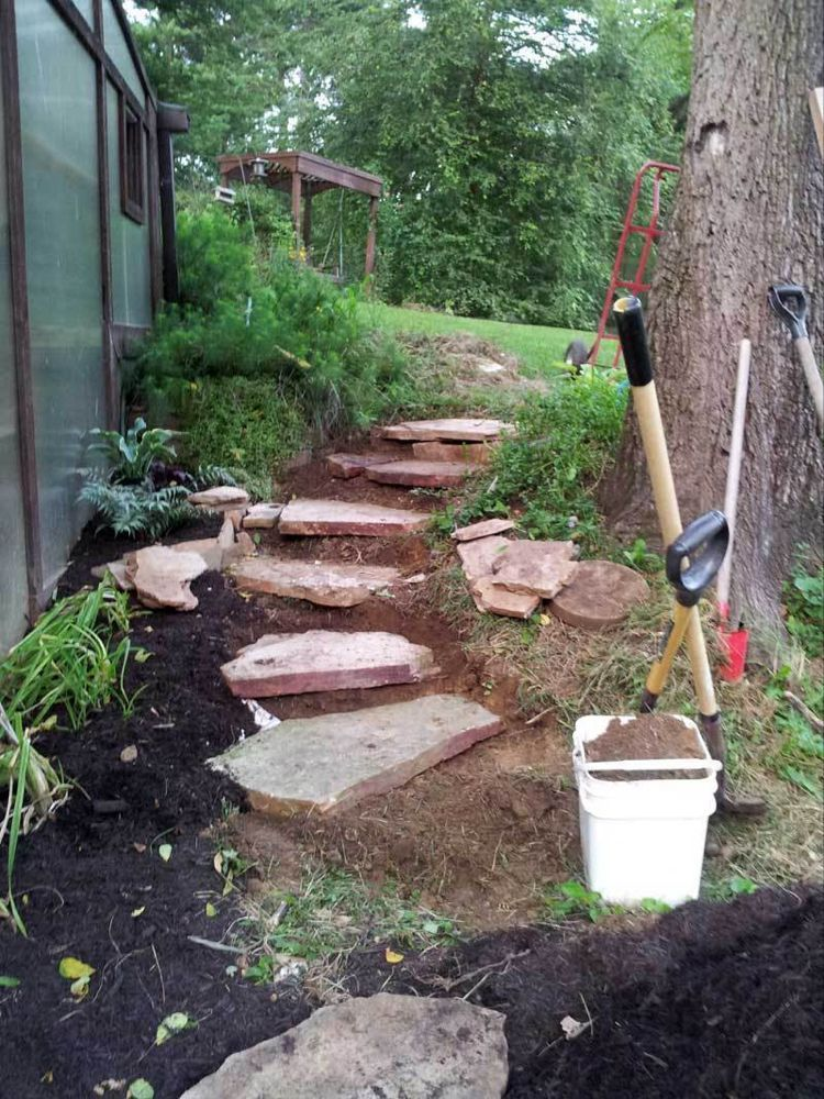 Schnitzen Rustikale Steinstufen Aus Hanglage Mit Flagstone In 2020 Rustic Landscaping Backyard Landscaping Designs Sloped Garden