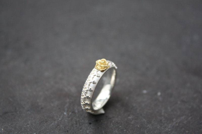 *zarter Ring mit goldener Rose*    Das Foto ist nur exemplarisch, der Ring wird in der gewünschten Ringweite für dich angefertigt.     Diese Anfertig