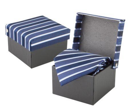 Luxusná hodvábna kravata André Philippe v modrej farbe. Kravata je v darčekovej krabičke v rovnakom štýle ako kravata. Dodajte svojmu outfitu nový vzhľad a originalitu a doplňte Vašu kolekciu týmto luxusným doplnkom. Rozjasnite svoj nudný oblek kravatou z hodvábu značky André Philippe a buďte štýlový. http://www.luxusne-doplnky.eu