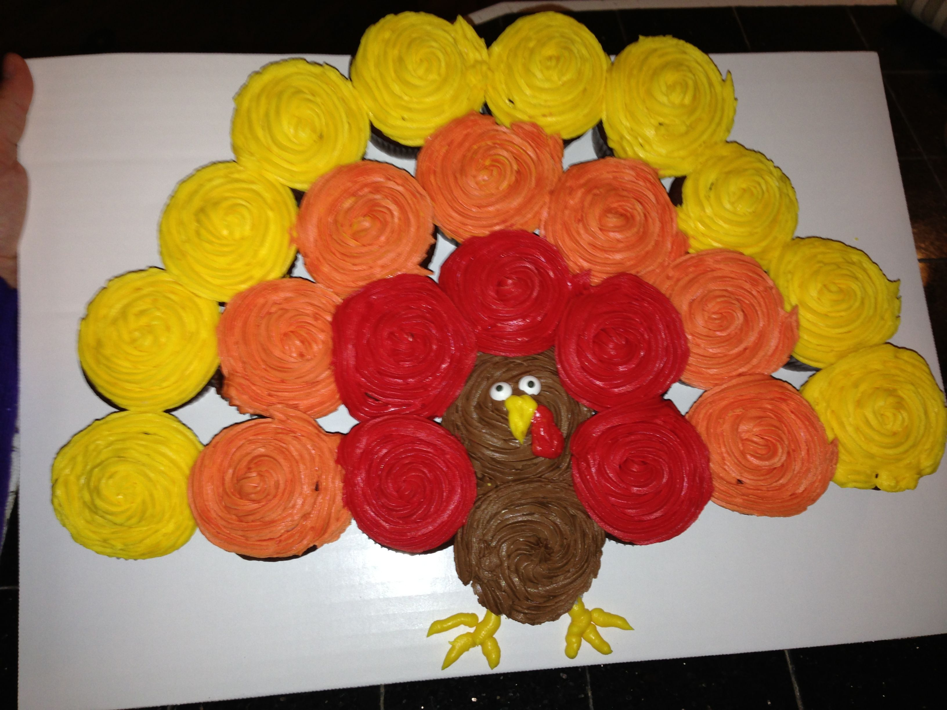 Easy turkey cupcake cake if i can make it anyone can for Decorations for thanksgiving cupcakes