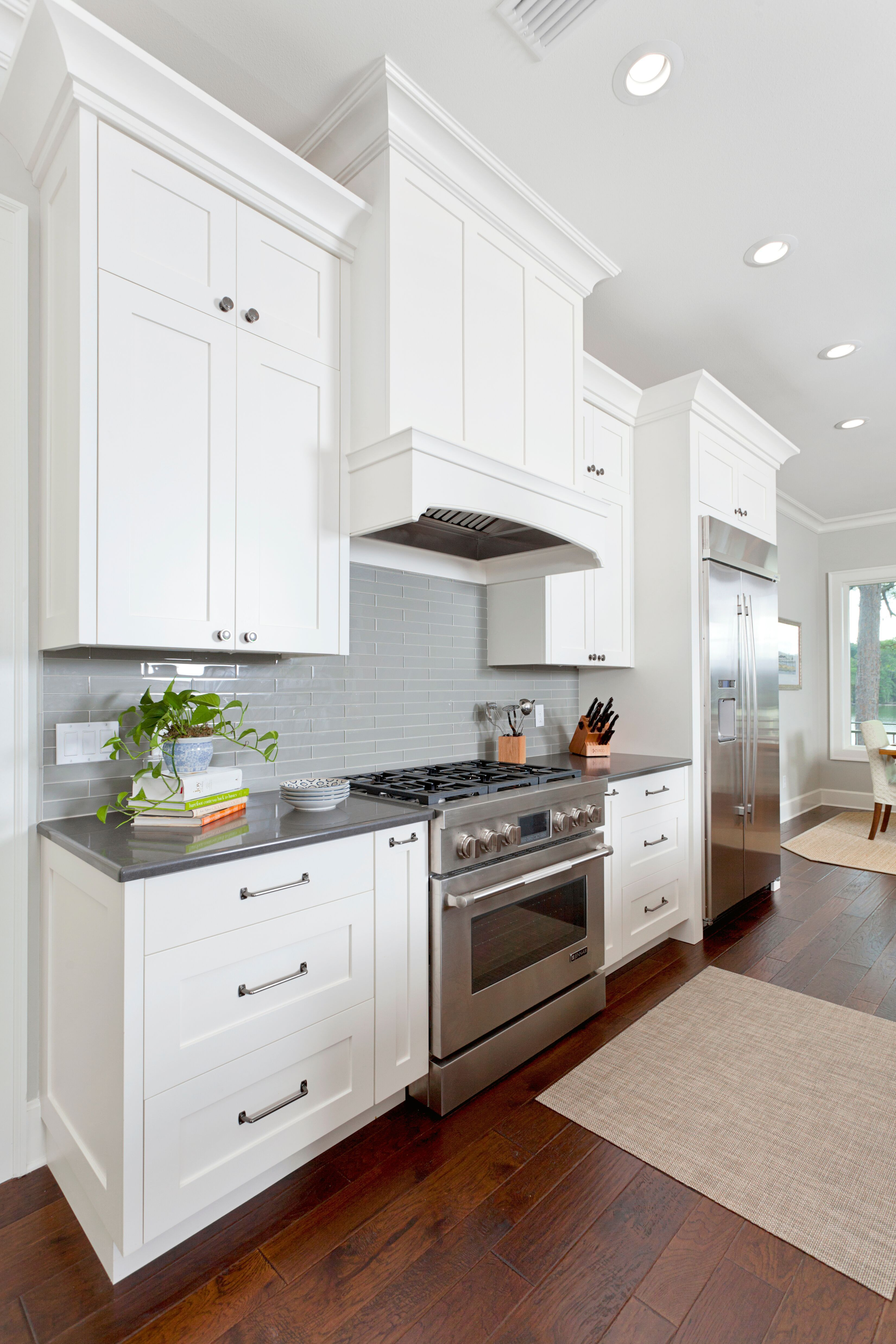 White Kitchen With Dark Grey Counter Top And Grey Backsplash White Kitchen With Gray Countertops Kitchen Inspiration Design Backsplash Kitchen White Cabinets