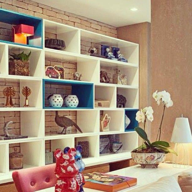 adorei o toque de azul na estante!!