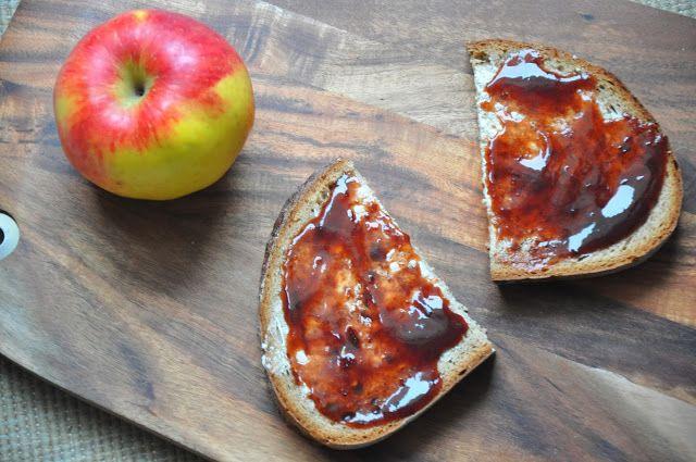 Jess startete mit einem Apfel und Brot mit selbstgemachter Pflaumenmarmelade in den Tag
