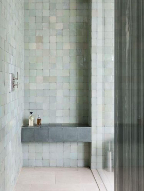 Zelliges, groene Marokkaanse tegels in industriële badkamer inspiratie.  #badkamerinspiratie