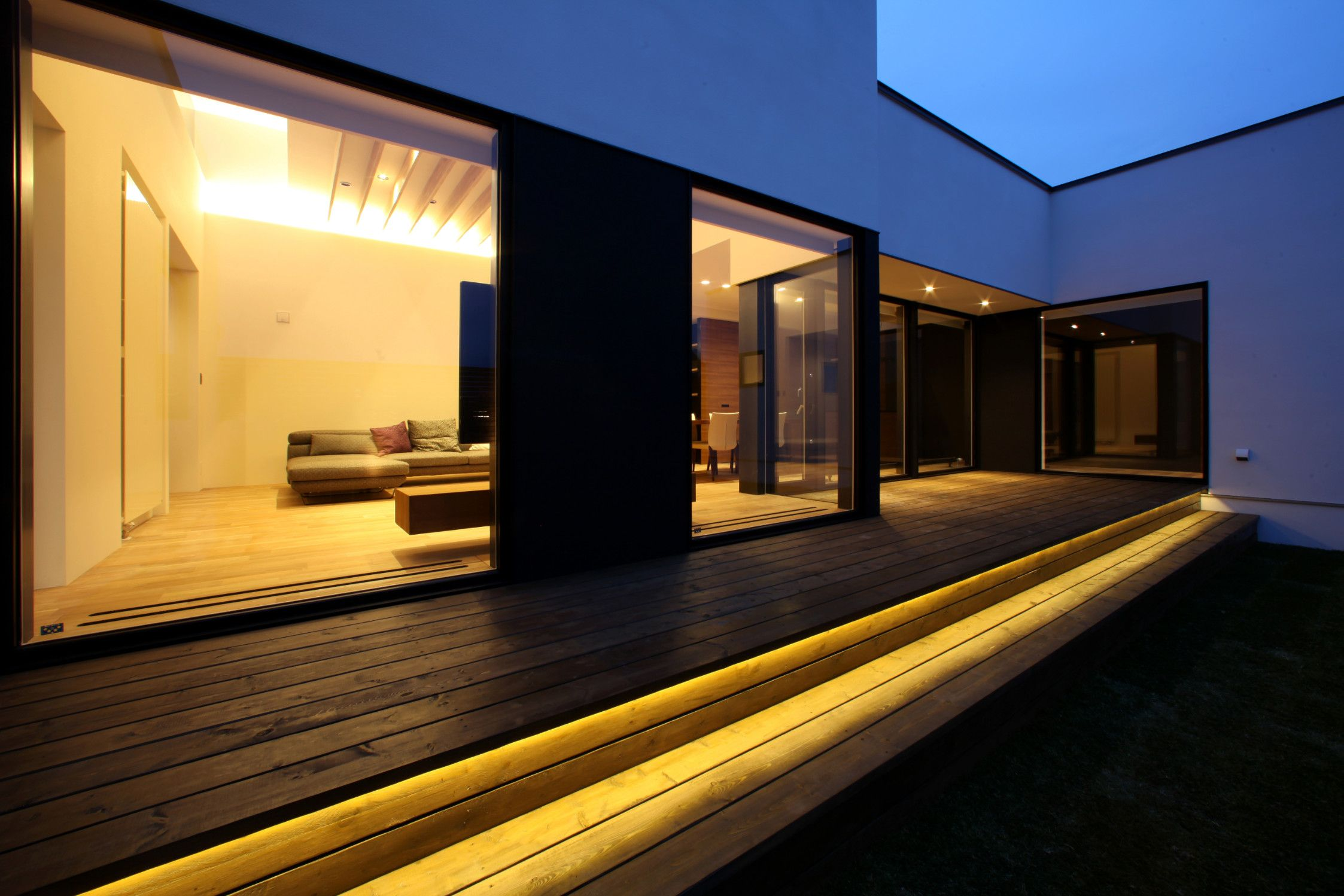 ウッドデッキに間接照明を入れることで 夜でも中庭を楽しめるようにしました 建築 住宅 中庭 デッキ 間接照明 窓 Architecture House Courtyard Wooddeck Indirectlighting Wall Window 家 平屋外観 建築デザイン