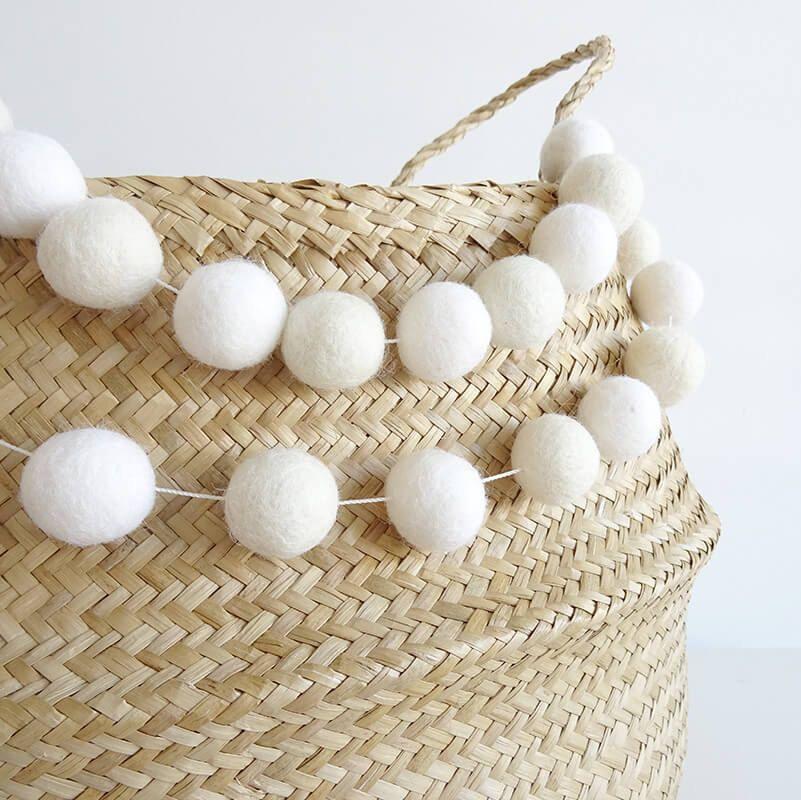 Guirnalda de bolitas de lana blanca - Guirnalda de bolas infantil - Decoración infantil - Guirnaldas de fieltro - Decoración bebes - Blanco de NicolasitoEs en Etsy