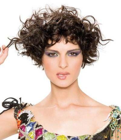 Taglio di capelli corto per capelli ricci