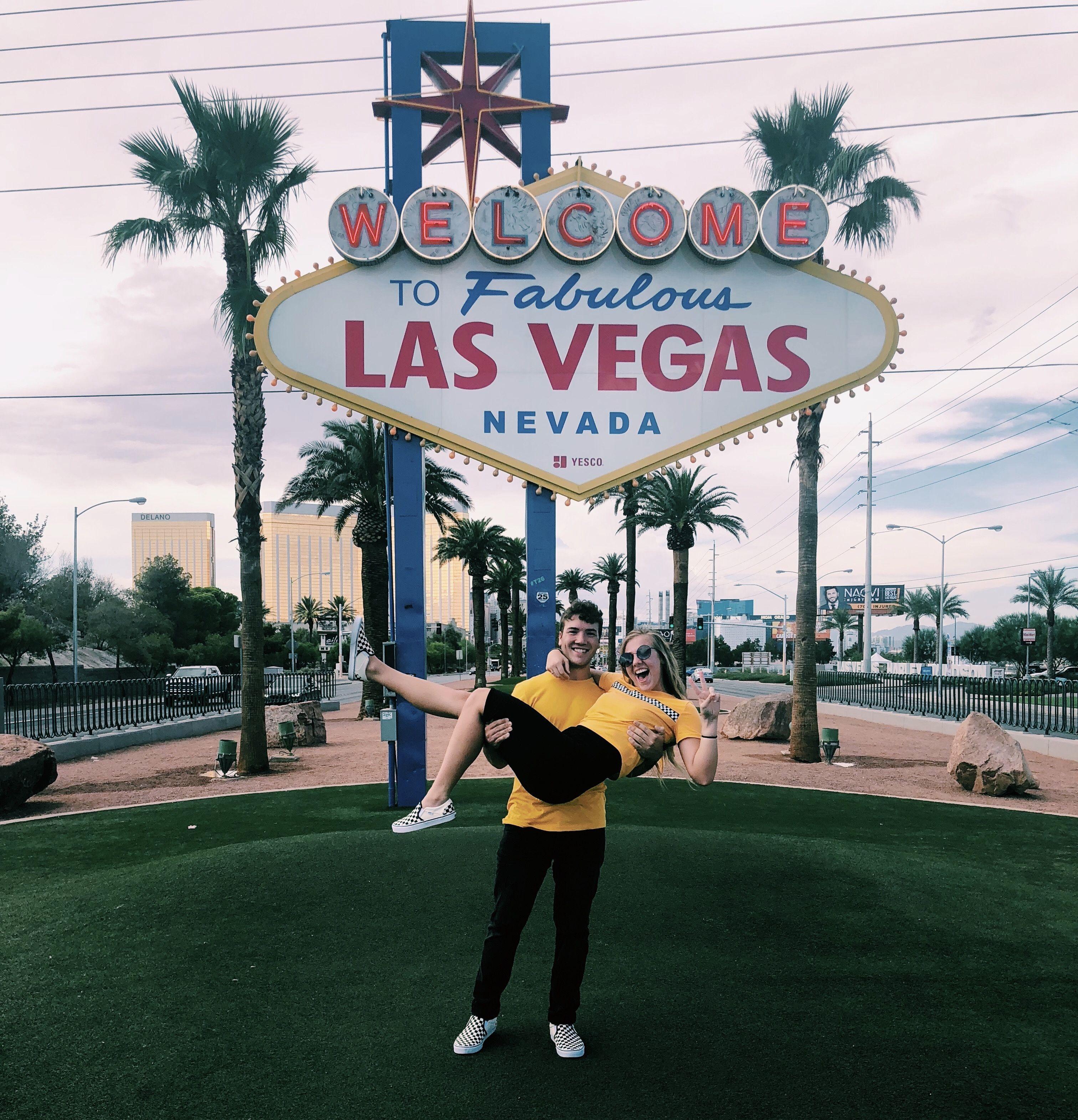 Couple Picture By The Las Vegas Sign Las Vegas Photos Las Vegas Vacation Las Vegas Trip
