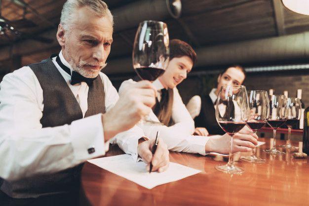 Sommelier confiado que prueba el vino en...   Premium Photo #Freepik #photo #vintage #restaurante #educacion #hombre