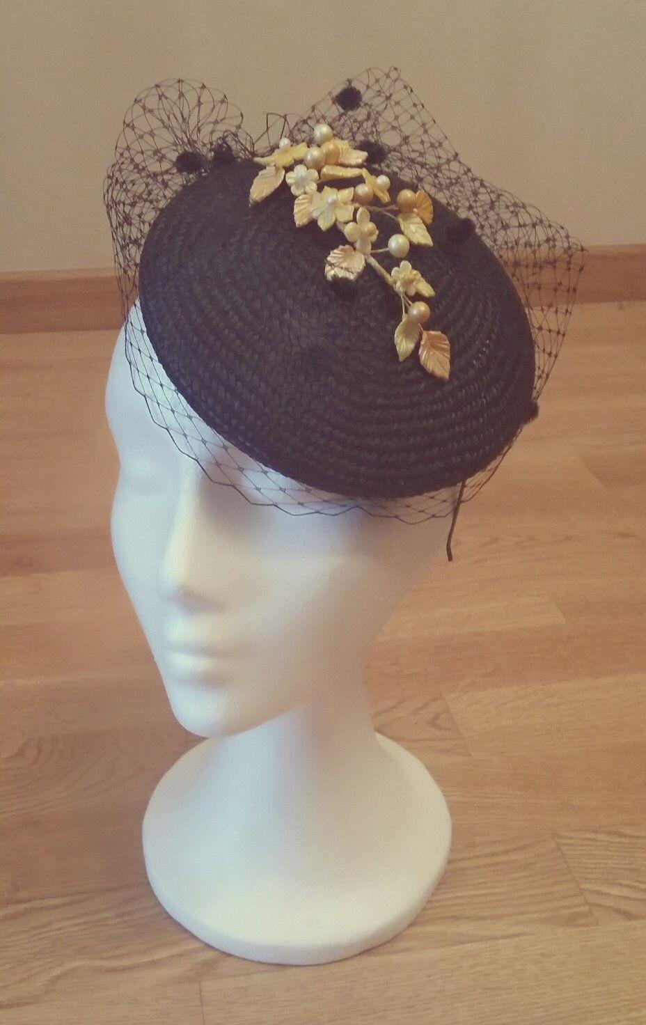 db3eb5c028459 Tocado casquete buntal negro con velo de rejilla y flores de porcelana fría  en color amarillo