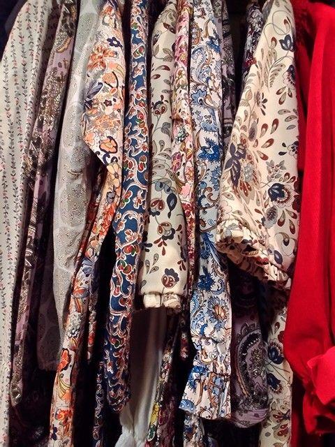Vestidos para crianças são lindos de morrer. Ver loja Os Patinhos, em Lisboa. Já estão em descontos tudo de 50%. Aproveitam.