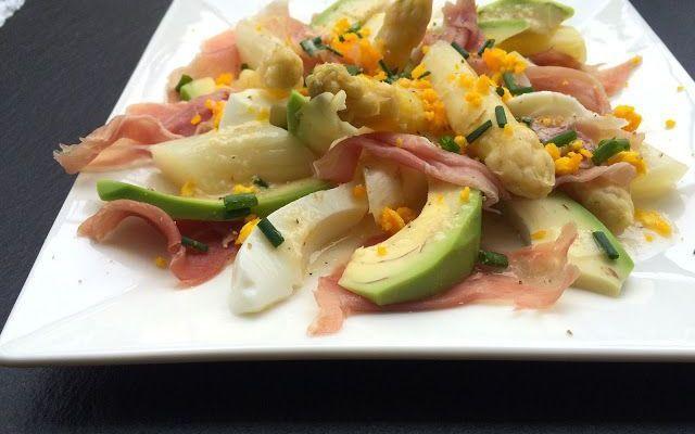 Asparagi bianchi e avocado: ecco gli ingredienti per un'insalata primaverile #ricette #cibo #primavera #food