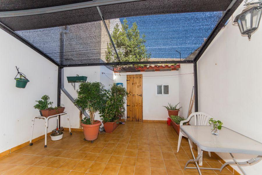 Portixol/ Es Molinar, Palma de Mallorca: Marklägenhet nära stranden med stor terrass. Rymlig marklägenhet omkring 120 kvm nära havet i Molinar. Lägenheten består av ett fullt utrustat kök, ett stort vardagsrum, tre sovrum samt två badrum. Stort patio/terrass på cirka 20 kvm med en separat tvättstuga.