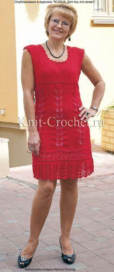 Связанное на спицах короткое платье 44-46 размера с каймой.
