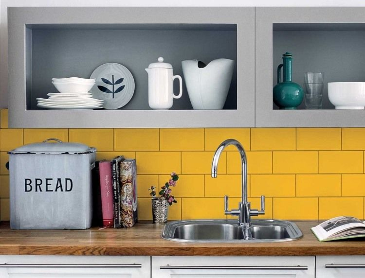 gelber Fliesenspiegel, graue Oberschränke und Holz-Arbeitsplatte - arbeitsplatte holz küche