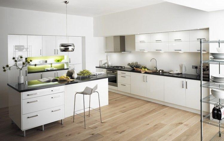 Moderne Küche Mit Laminat, Weißen Möbeln Und Grünem Farbakzent