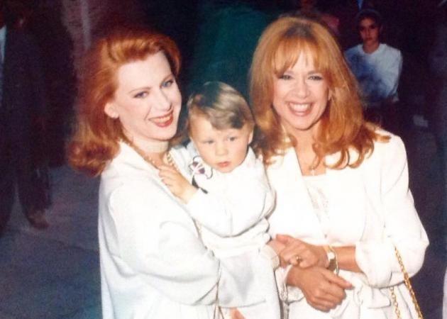Έλενα Ακρίτα: Σπάνιες φωτογραφίες από τη βάφτιση του γιου της με νονά την Αλίκη Βουγιουκλάκη! | Celebrities, Photo, Couple photos