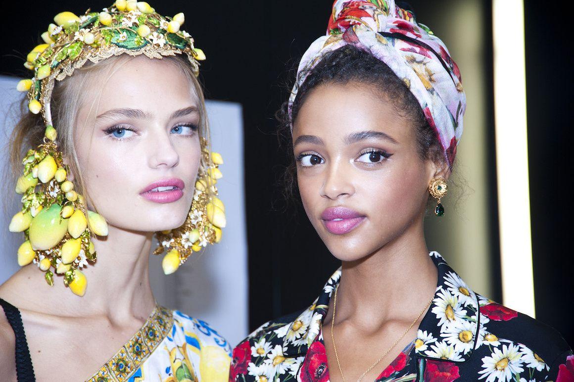 494442930eee Les foulards du défilé Dolce   Gabbana à Milan   Dolce   Gabbana ...