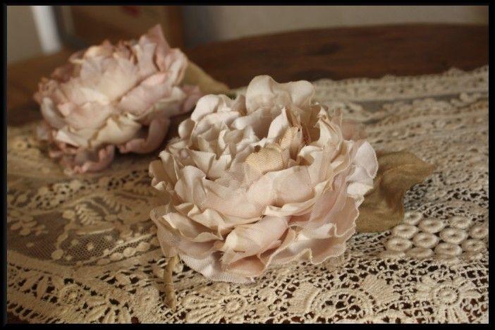 白い布を染めて花を作っています。