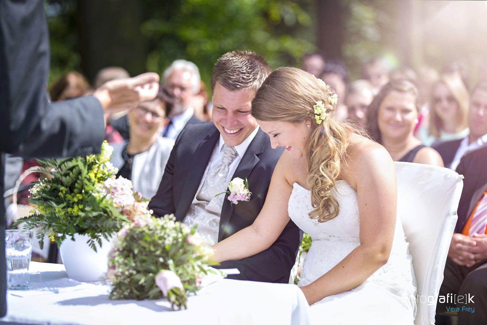 Wunderschönes Foto von dem Brautpaar, so natürlich, so echt. Von Herzen alles Gute für euch! #bergpark #herkules #kassel