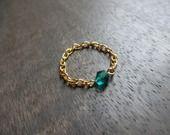 Bague chaîne plaquée Or avec perle toupie vert emeraude en cristal : Bague par les-bijoux-d-aki