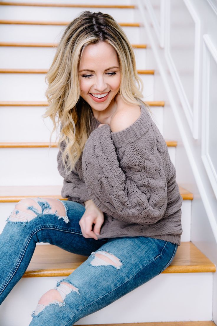Winter style - distressed jeans, cozy sweater and the most amazing black and white mules!   #winterstyle #winterfashion #fashionblogger #styletrend #mules #distressedjeans