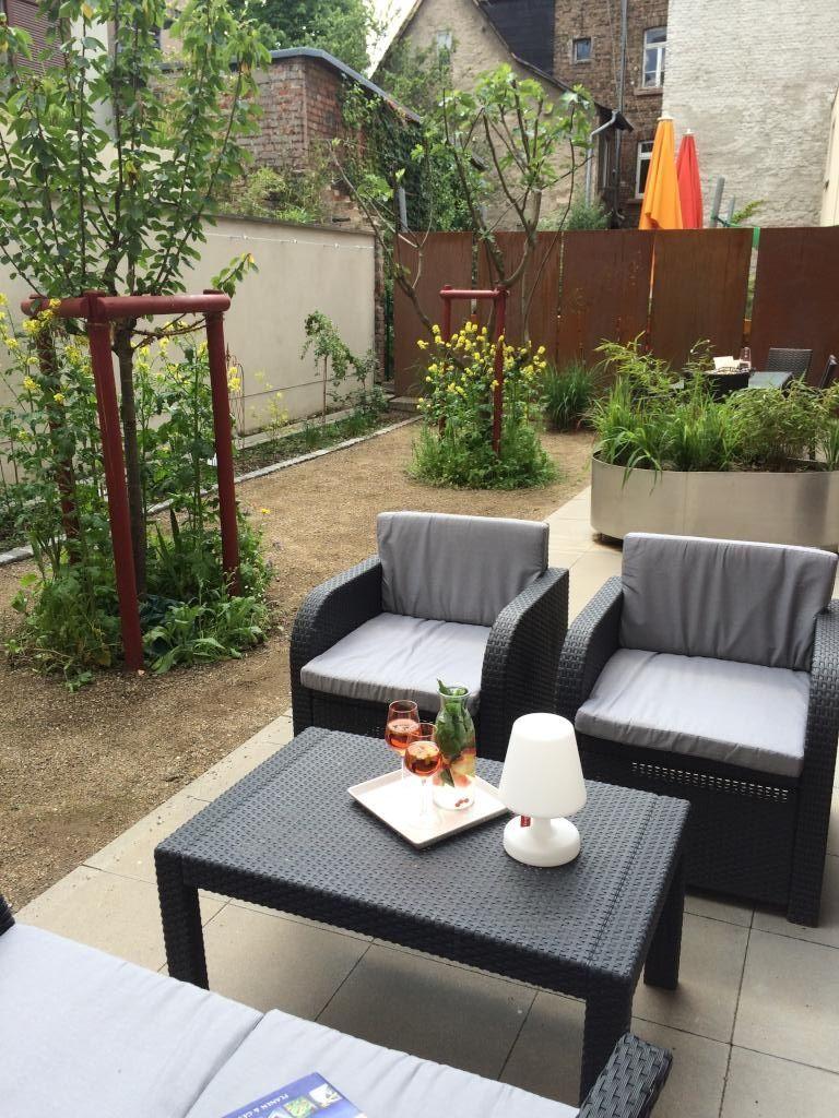 Loungebereich Im Garten Mit Korbmobeln Und Aperol Spritz Terasse Balkon Lounge Apartment Dekor Design Lounge