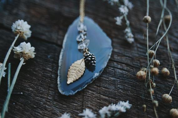 Photo of Winterwald. ein wunderlicher Boho Herkimer Diamant, goldenes Blatt und Tannenzapfen Halskette