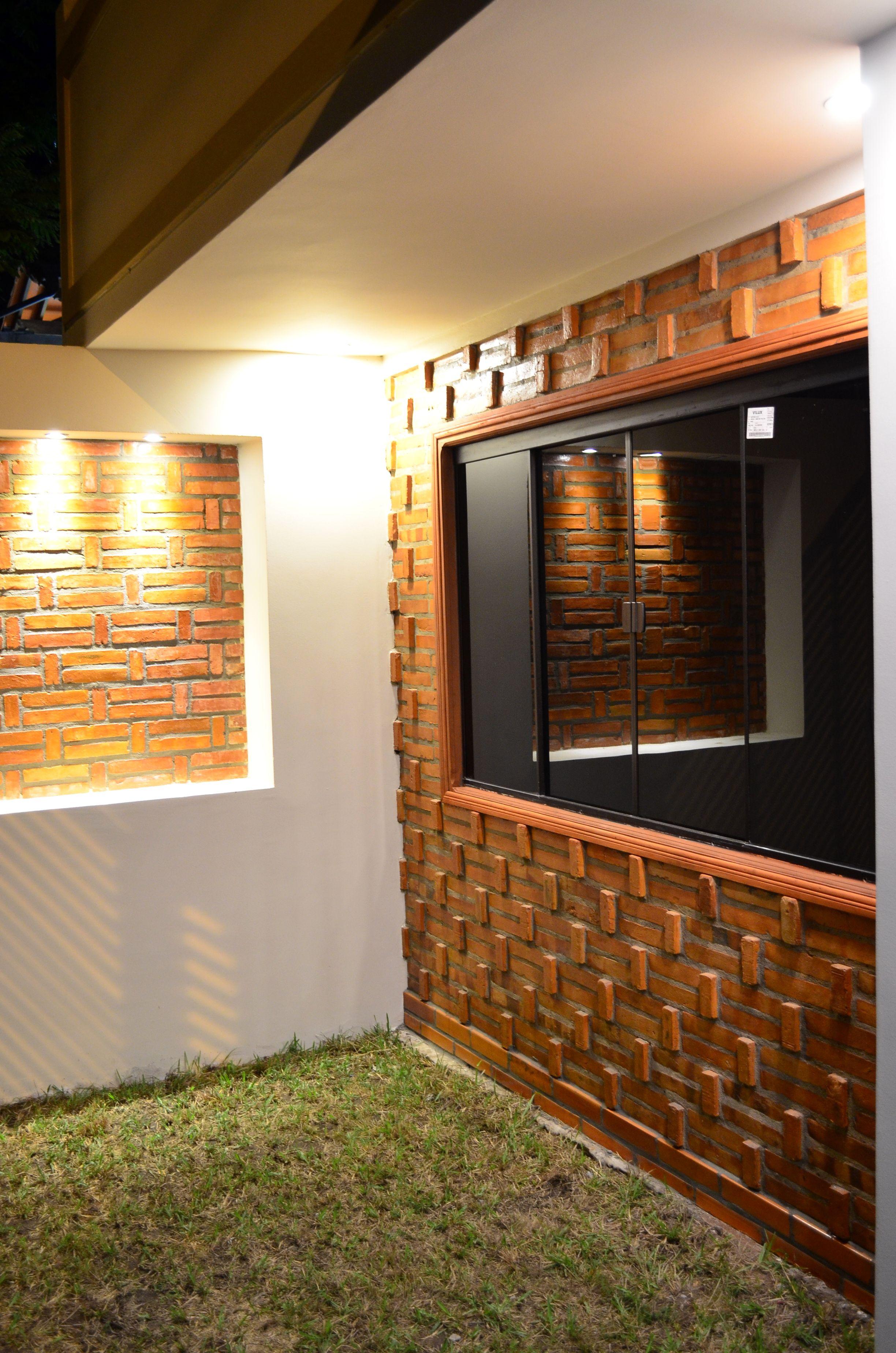 diseo de paredes de ladrillo visto iluminacin led en la fahcada principal