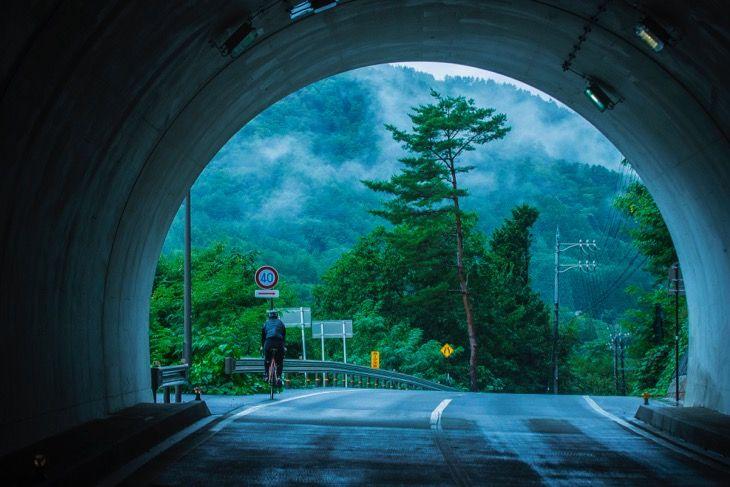 ひたすら雨に祟られたジャパニーズオデッセイ、数多くあるトンネルは、 ほんのつかの間ながら雨宿りポイント。抜ければ再び雨が打ち付ける