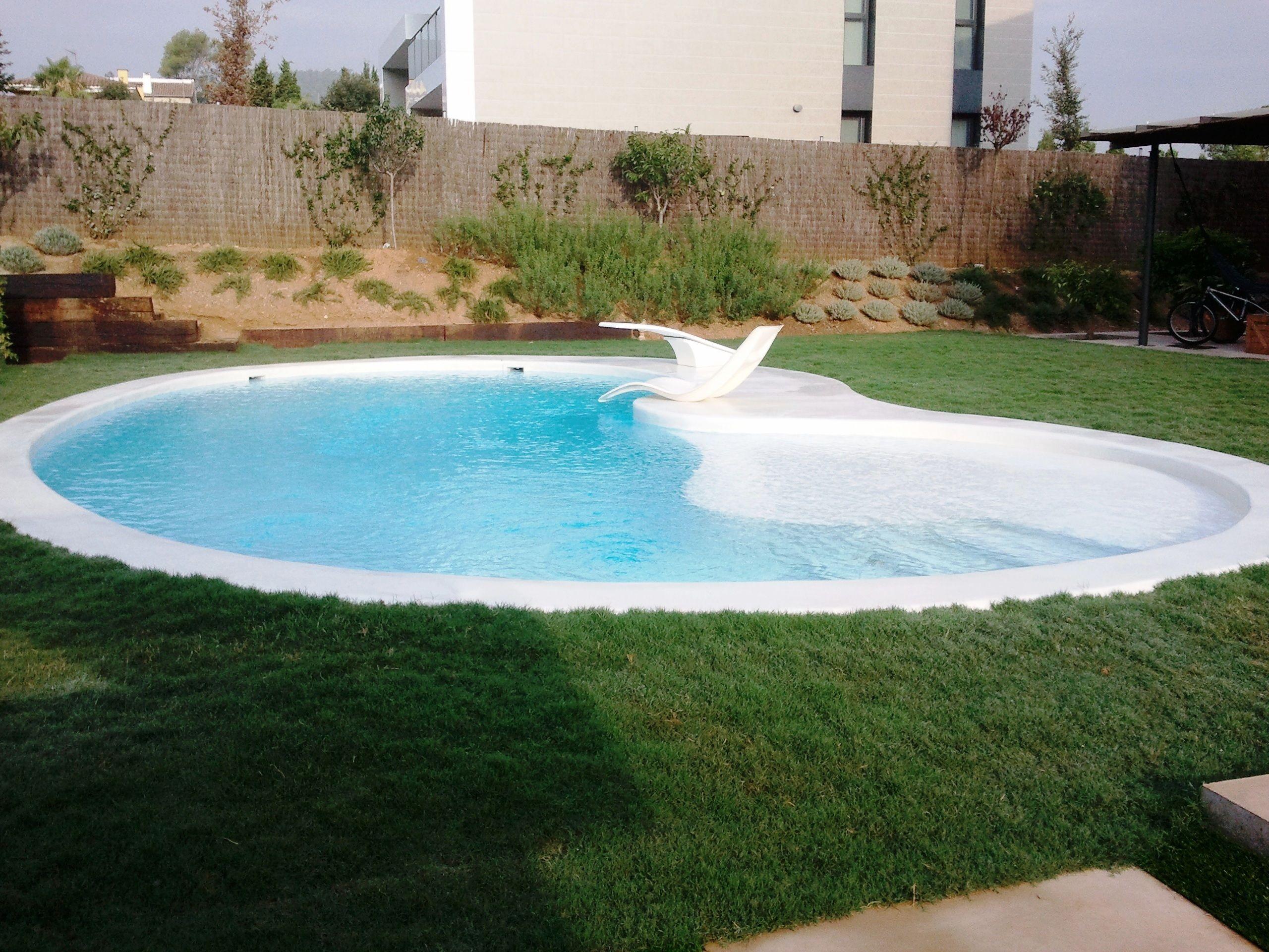 Piscina de ferr n piscinas piscina de microcemento con for Hamacas de piscina