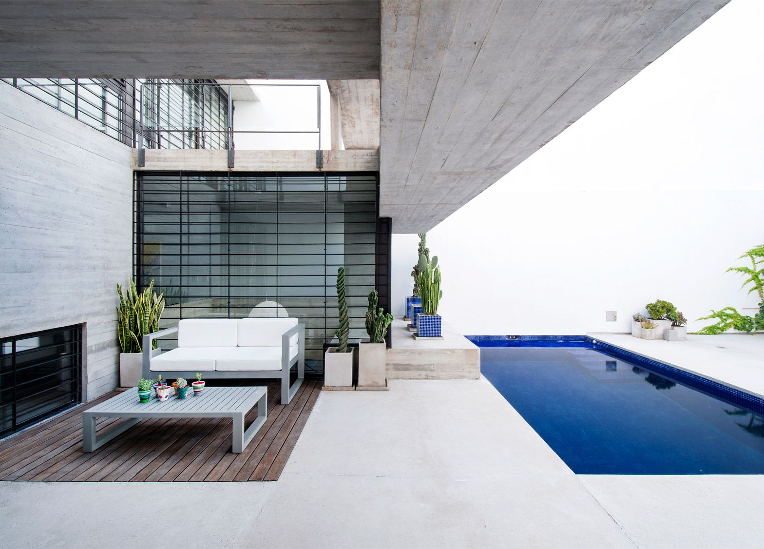 Luciano Kruk fills urban lot with two concrete homes