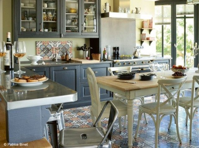 une cuisine avec carreaux de ciment ouverte sur le salon et sur le jardin cette cuisine a le. Black Bedroom Furniture Sets. Home Design Ideas