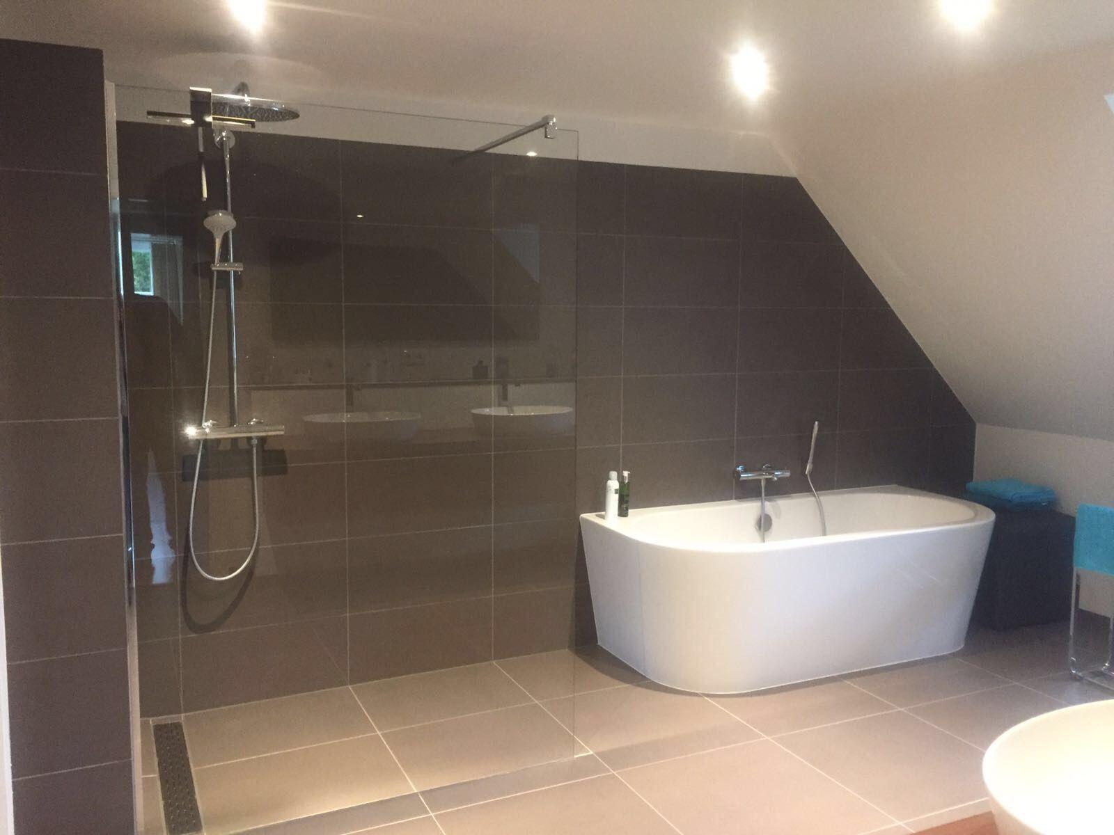Een badkamer met hsk inloopdouche en dezelfde kleur wand en
