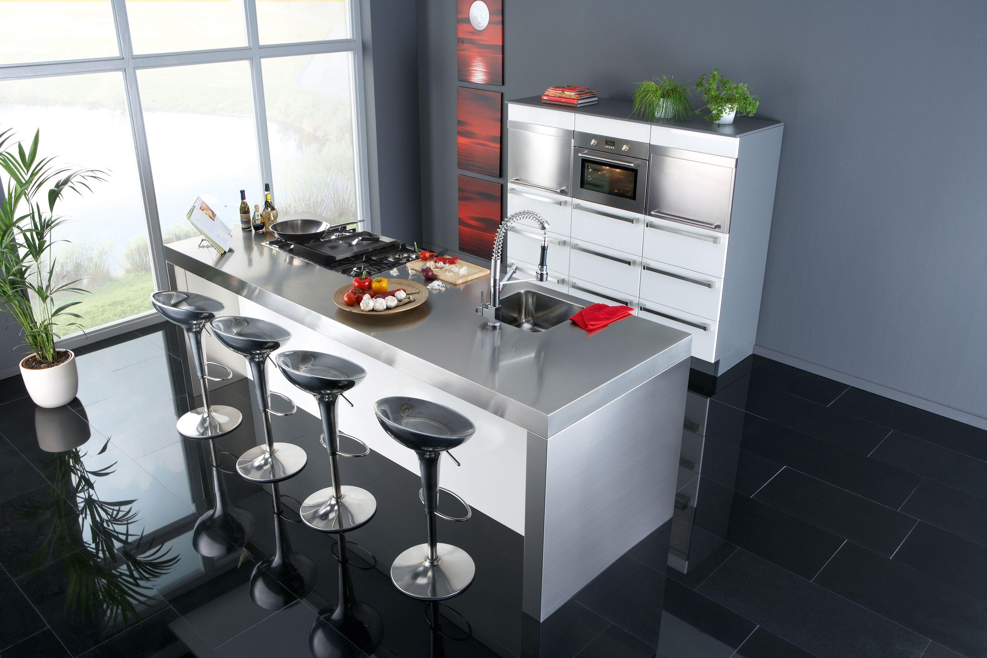 Strakke keuken uitgevoerd met inbouw apparatuur van m system