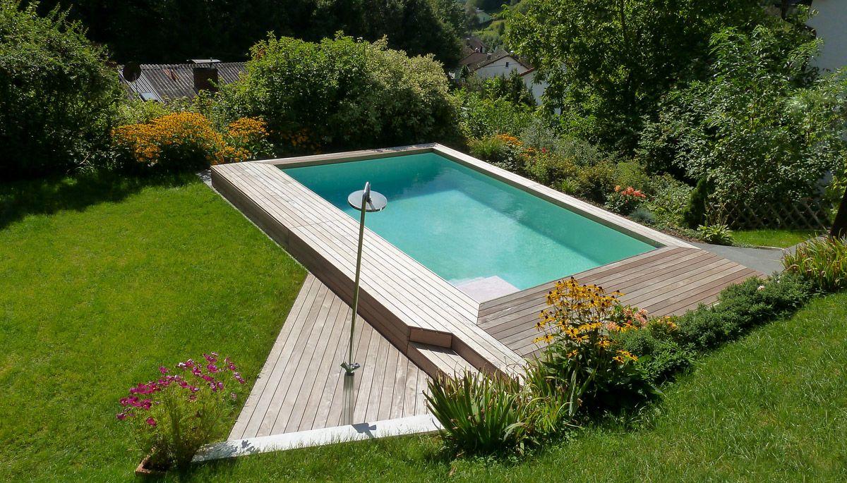 Hinter Der Holzblende Aus Ipe Versteckt Sich Raffiniert Der Skimmer Pool Schatten Gartenpools Pool Umrandung