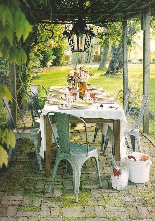 Ambiance vintage pour table de jardin sous pergola d co for Au jardin de ma grand mere