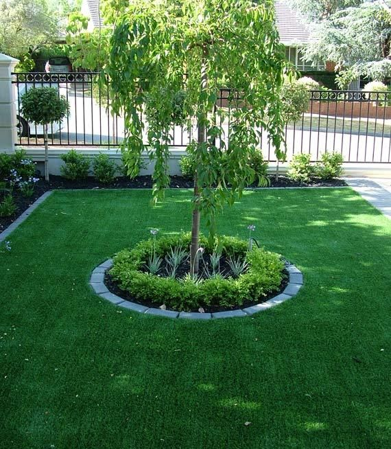 Un Jardin En La Entrada De Casa Con Hierbaartificial Reconforta